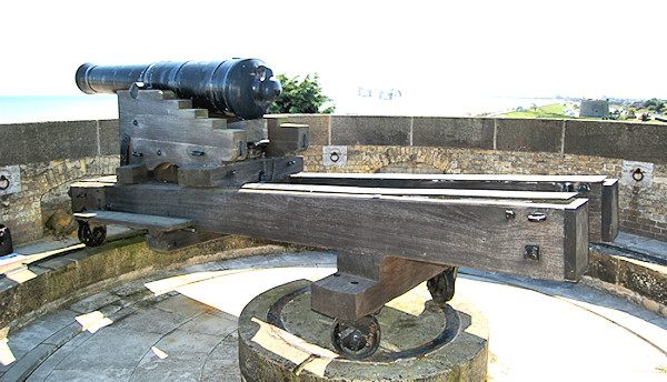 Cannon on its traversing its carriage and traversing platform